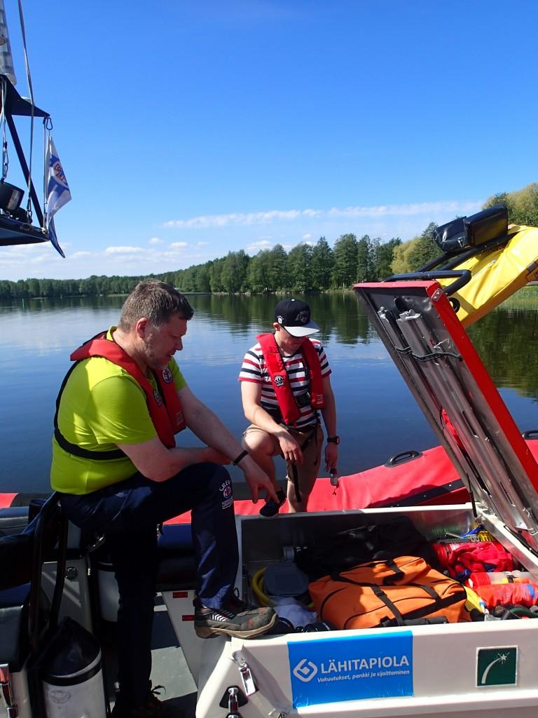Kimmo Koivisto tarkastamassa veneen varustusta. Apupoikana hääräilee Sauli.